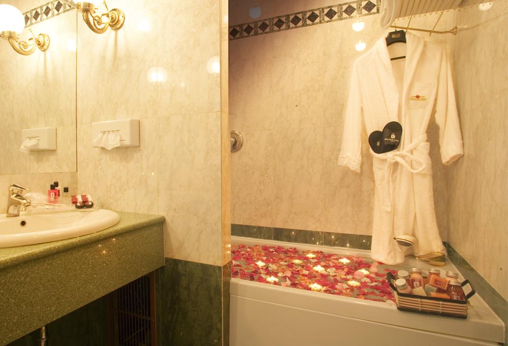 Camera con vasca idromassaggio Milanofiori